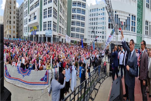 طلاب جامعة دمنهور ينظمون مسيرة مهيبة لتأييد التعديلات