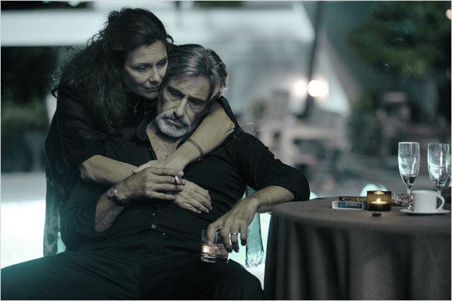 Momon (Gérard Lanvin) et sa femme Janou (Valeria Cavalli), un couple qui a souffert et su traverser les épreuves, mais qui pourrait bien être remis en question si Momon replongeait...
