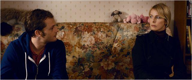 Lucas (Nicolas Duvauchelle) tente d'apprivoiser la mystérieuse Claire (Karin Viard), psychorigide et peu sociable...