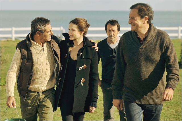 Walter (Gérard Lanvin) sur-protège sa fille Clémence (Ana Girardot), sous les yeux de ses amis Paul (Jean-Hugues Anglade) et Jacques (Wladimir Yordanoff)