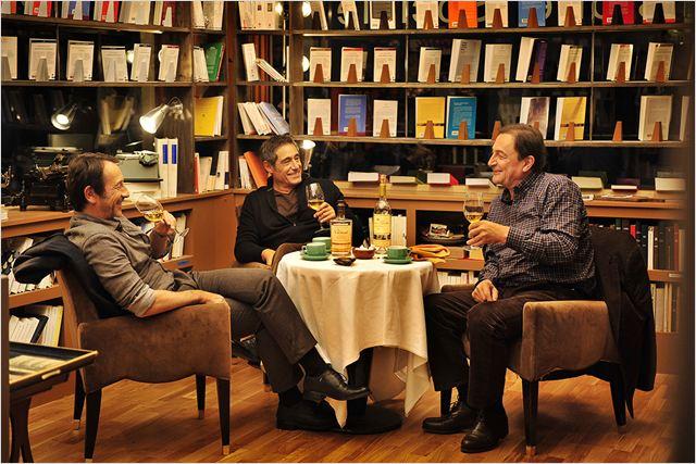 Paul (Jean-Hugues Anglade), Walter (Gérard Lanvin) et Jacques (Wladimir Yordanoff) se réunissent tous les mercredis midi pour boire du bon vin entre amis