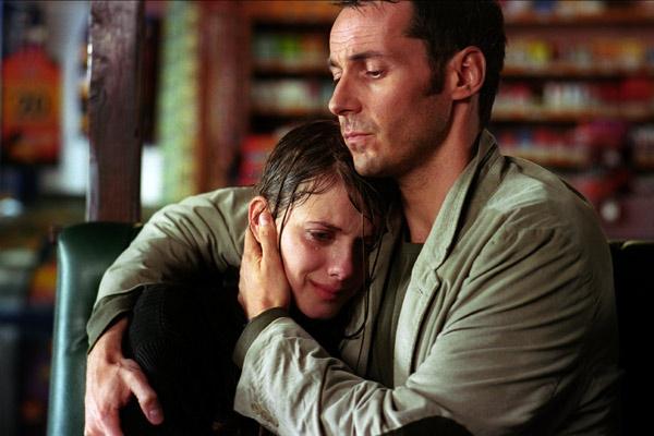 Lili (Mélanie Laurent) a besoin du réconfort de Thomas (Julien Boisselier)