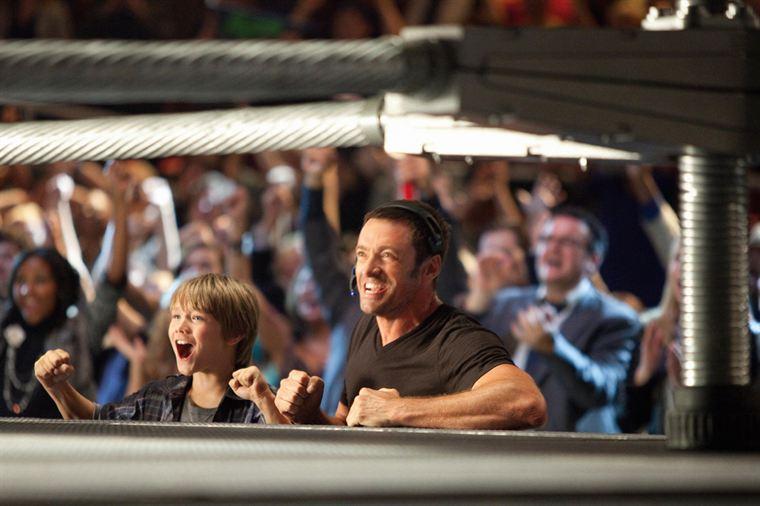 Max (Dakota Goyo) et Charlie Kenton (Hugh Jackman) pendant un combat de leur robot