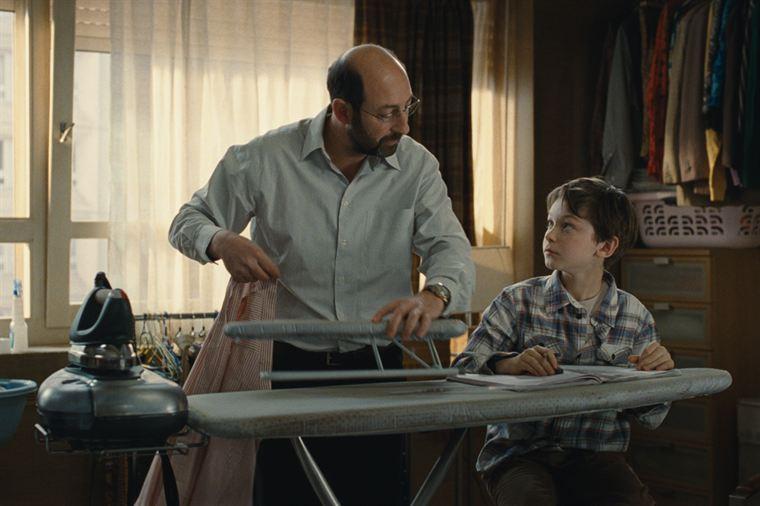 Robert Pique (Kad Merad) joue les pères de substitution auprès de Marius (Gaspard Meier-Chaurand)
