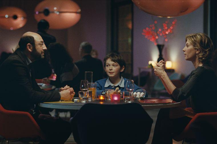 Marius (Gaspard Meier-Chaurand) s'attache de plus en plus à Robert (Kad Merad), au grand dam de Marie (Michèle Laroque)