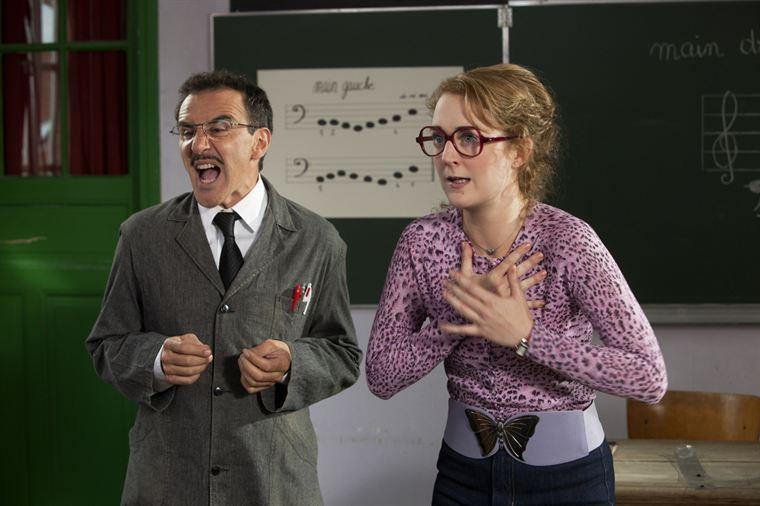 Mr Latouche (Elie Semoun) et Mlle Rateau (Joséphine De Meaux)