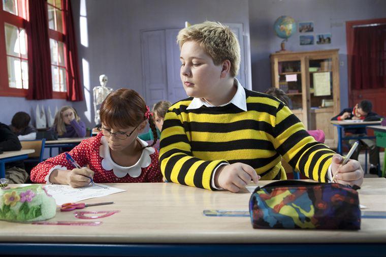 Ducobu (Vincent Claude) passe son temps à copier sur sa studieuse voisine, Léonie Gratin (Juliette Chappey)