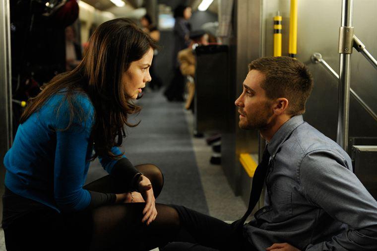 Colter Stevens (Jake Gyllenhaal) se réveille amnésique dans un train en compagnie de Christina Warren (Michelle Monaghan)