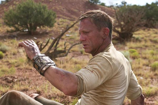 Jake Lonergan (Daniel Craig) reprend ses esprits et découvre à son poignet un mystérieux bracelet...