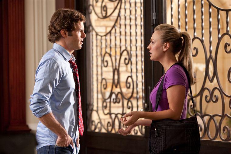 Fred (James Marsden) se voit confier une mission par sa soeur Sam (Kaley Cuoco)