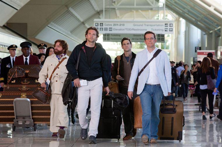 Alan (Zach Galifianakis), Phil (bradley Cooper), Doug (Justin Bartha) et Stu (Ed Helms) : la meute est en route pour Bangkok...