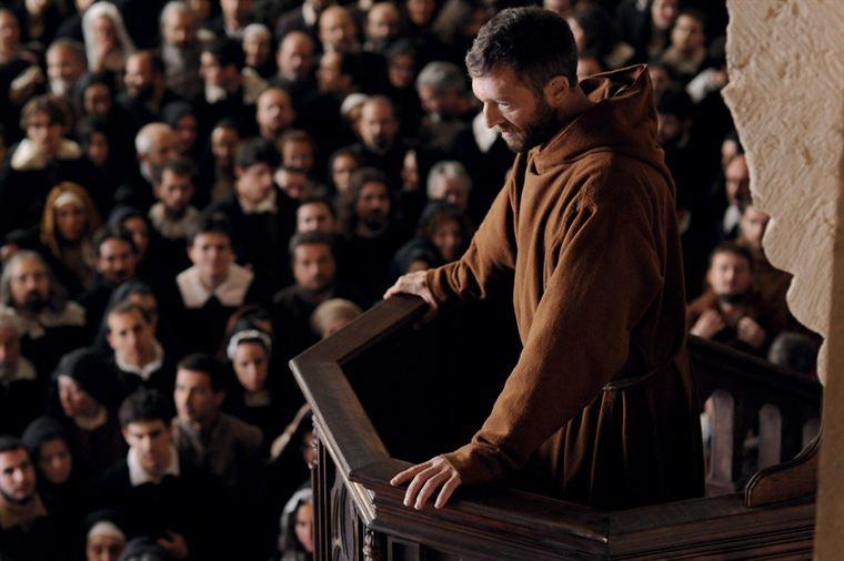 Frère Ambrosio (Vincent Cassel) fait l'unanimité par ses talents de prédicateur