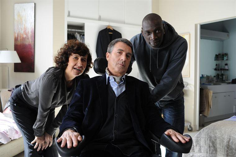 Yvonne (Anne Le Ny) et Driss (Omar Sy) aident Philippe (François Cluzet) à se préparer avant un rendez-vous...