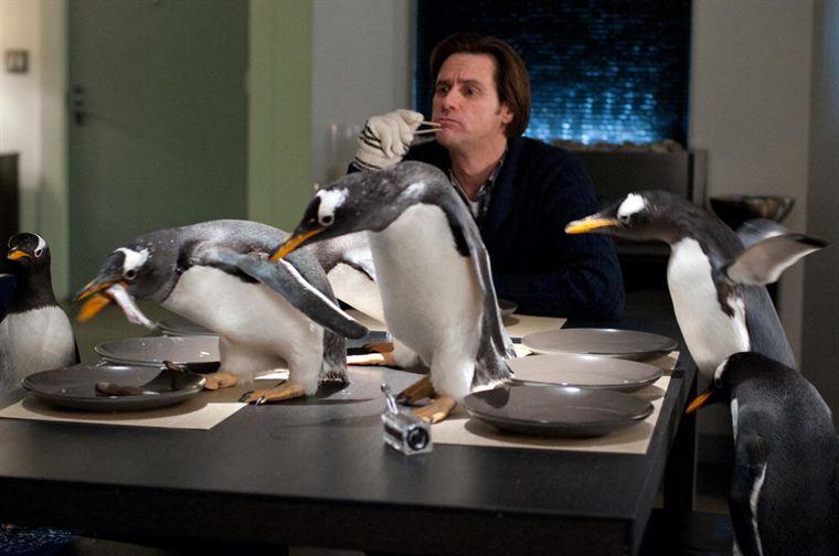Un repas épique pour Tommy (Jim Carrey) qui a du mal à tenir ses six pingouins... (scène tournée avec de vrais animaux)