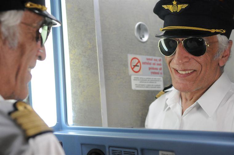 Jean-Claude (Gérard Darmon), 35000 heures de vol, est fier de montrer à nouveau ses talents de pilote