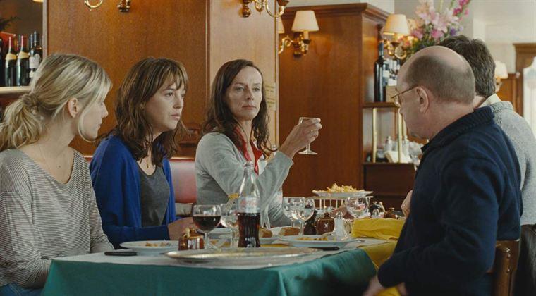 Le repas où tout dérape... (Mélanie Laurent, Florence Loiret-Caille, Claude Perron, Michel Blanc et Sébastien Castro)