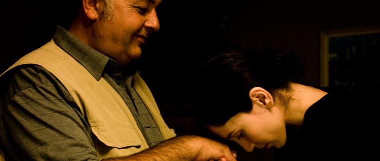 Entre Kader (Settar Tanrıöğen) et sa fille Umay (Sibel Kekilli) il y a assurément de l'amour... mais aussi beaucoup d'incompréhension, qui va engendrer un clash inévitable