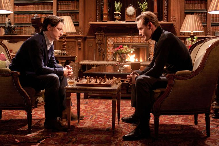 Charles Xavier (James McAvoy) et Erik Lehnsherr (Michael Fassbender) apprennent à se connaître