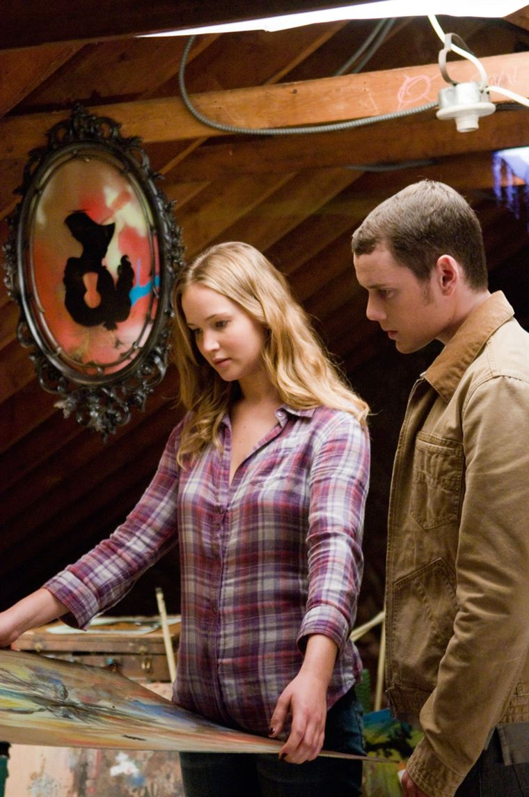 C'est Norah (Jennifer Lawrence) qui semble sortir Porter (Anton Yelchin) de la torpeur vers laquelle il semble se destiner