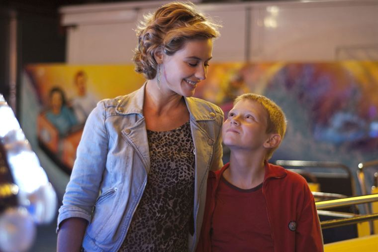 Samantha (Cécile De France) prend Cyril (Thomas Doret) sous son aile et s'y attache très vite