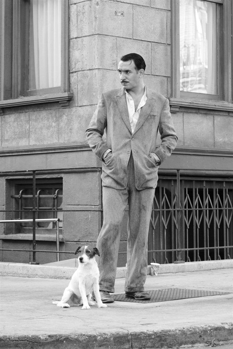 Georges Valentin (Jean Dujardin) - accompagné de son chien Jack (Uggy) - a raté le coche du cinéma parlant, et sombre petit à petit...