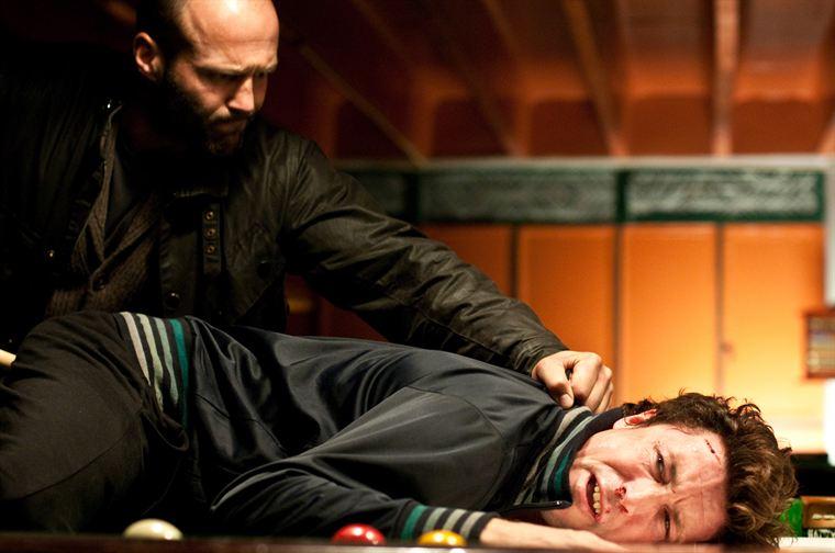 Pour faire appliquer la loi, Brant (Jason Statham) - ici avec Barry Weiss (Aidan Gillen) - n'hésite pas à la contourner...