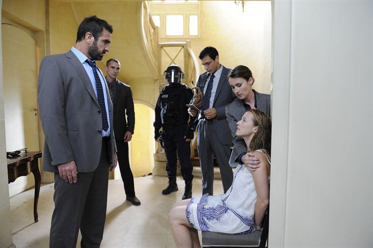 Sophie Malaterre (Karine Vanasse) est arrêtée au cours d'une opération d'envergure menée par Damien Forgeat (Eric Cantona)