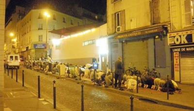 الصلاة الليلية للمسلمين في الشوارع تدهش الباريسيين