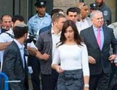 نتنياهو يجبر 3 صحفيات على خلع حمالات الصدر