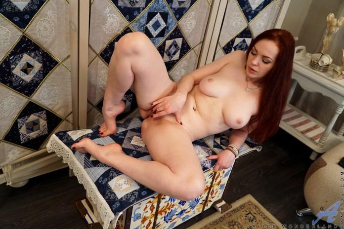 Anilos.com - Alice Wonderland: Hot Mama