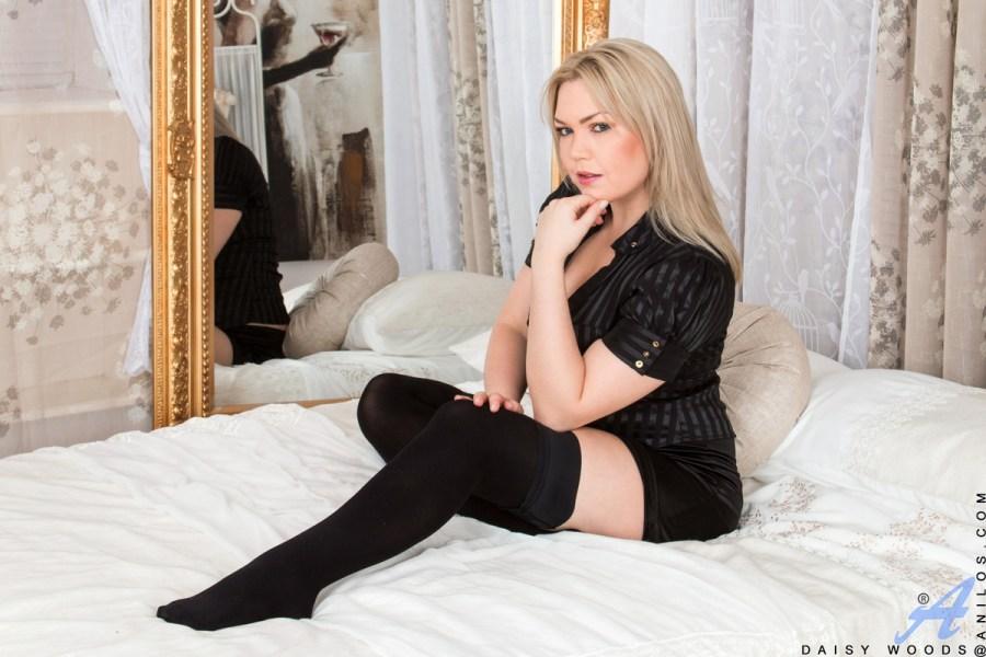 Anilos.com - Daisy Woods: Blonde Babe