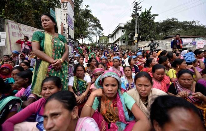 असम में वेतन बढ़ाने की मांग के लिए धरना देतीं मिड डे मील बनाने वाली महिलाएं