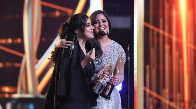 Harshdeep Kaur, Vibha Saraf with their IIFA award for the song Dilbaro from Raazi.