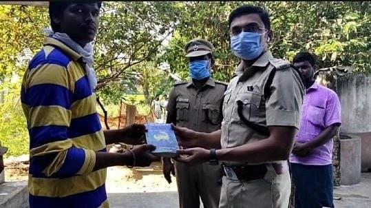 புத்தகம் வழங்கும் எஸ்.பி அரவிந்தன்