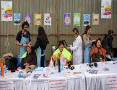 Büyükçekmece Belediyesi Halk Akademisi öğrencileri, pazara alışveriş yapmaya gelen kadınlara ücretsiz saç kesim hizmeti veriyor.