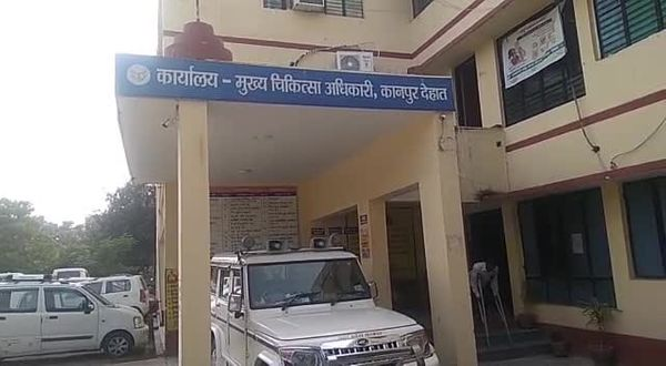 कानपुर के CMHO ने वैक्सीनेशन सेंटर पर कर्मचारियों के मोबाइल रखने पर पाबंदी लगा दी है।