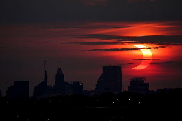 मैरीलैंड के शहर बाल्टीमोर में सूर्यग्रहण की अद्भुत तस्वीर दिखी।