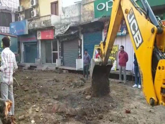 यूपी सरकार के आदेश के बाद बाराबंंकी में सड़क पर बने धार्मिक स्थलों को हटाने की कार्रवाई शुरु कर दी गई। - Dainik Bhaskar
