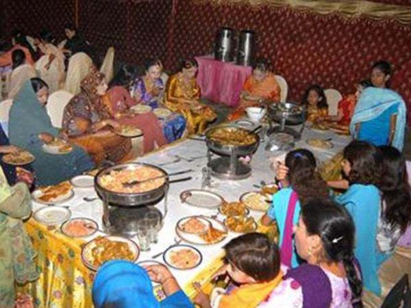 फोटो पाकिस्तान के कराची शहर की है। यहां शादी समारोह में लोग बगैर फेस मास्क के निकल रहे हैं। अब सरकार ने इसपे पाबंदी लगा दी है।
