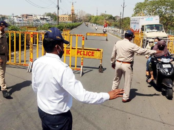 मध्यप्रदेश की राजधानी भोपाल में होली पर सख्त पाबंदियां लगाई गई थीं। इस दौरान पुलिस ने रास्ते में निकलने वाले लोगों को रोक कर उनसे पूछताछ भी की। - Dainik Bhaskar