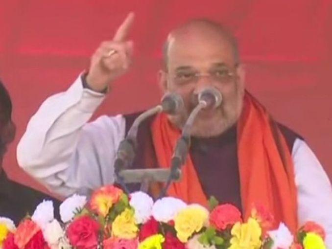 पश्चिम बंगाल के सीतलकुची में शुक्रवार को गृहमंत्री अमित शाह ने रोड शो किया। उन्होंने कहा कि ममता अपने भतीजो को मुख्यमंत्री बनाना चाहती हैं। - Dainik Bhaskar
