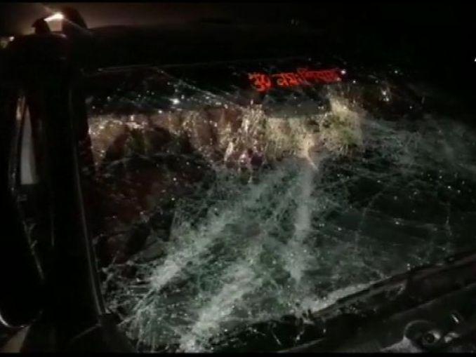 दिलीप घोष के काफिले पर बुधवार शाम पश्चिम बंगाल के कूच बिहार के सीतलकुची में हमला हुआ है। - Dainik Bhaskar