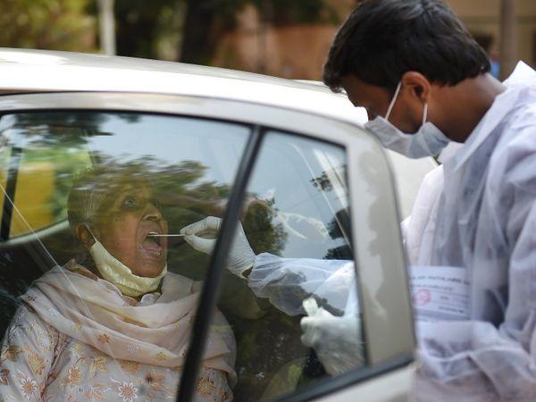 मुंबई में गाड़ियों को रोक कर एंटीजेन टेस्ट किया जा रहा है।