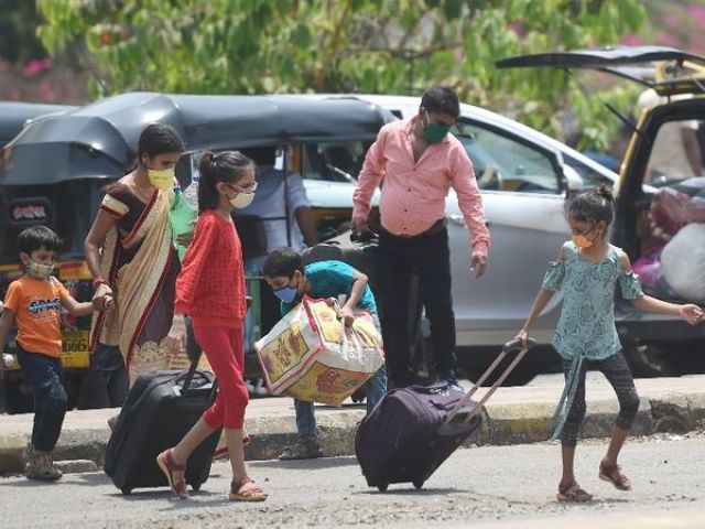 The migration of migrant laborers from Pune and Mumbai is continuing, amid fears of a lockdown again in the state.  - Dainik Bhaskar