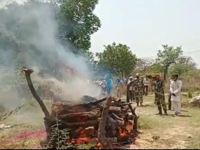 यूपी के अमेठी में शहीद बीएसएफ � - Dainik Bhaskar