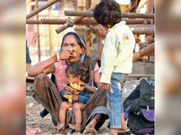 राजनांदगांव की एक फैक्ट्री में काम करने वाली महिला काम के बाद अपने बच्चों के साथ मध्य प्रदेश के रीवा चली गई है।  जब ट्रक ने मदद की तो रायपुर पहुंच गया।  इस तरह से सड़क पार करने की कोशिश करें।