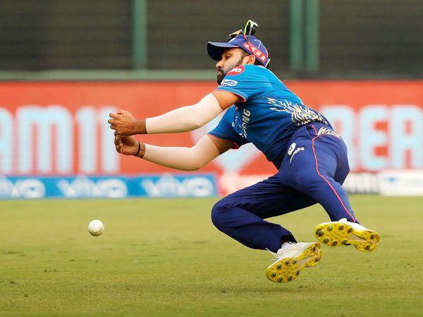रोहित शर्मा ने राजस्थान की पारी के 20वें ओवर में रियान पराग का कैच छोड़ दिया।