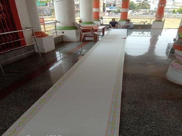 राम राम ने 35 फीट लंबी ड्राइंग शीट पर 399,630 बार लिखा है।