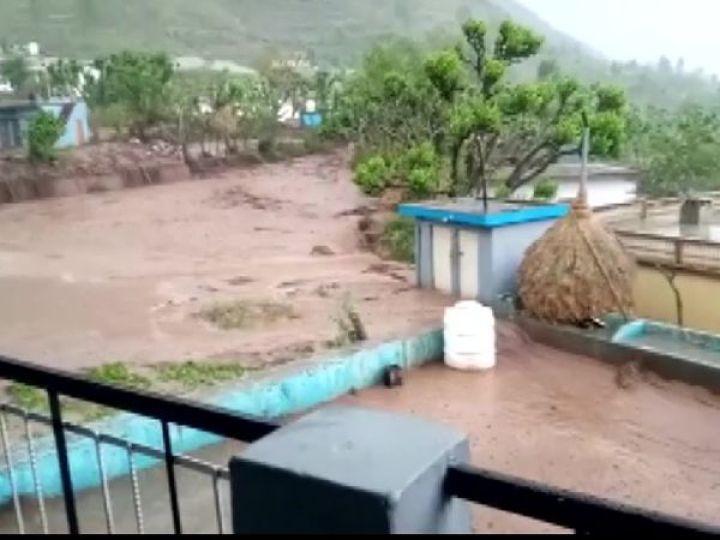 फोटो उत्तरकाशी जिले के कुमरदा गांव की है। यहां बादल फटने से कई घरों को नुकसान पहुंचा है। - Dainik Bhaskar