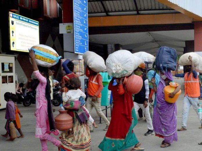 फोटो कर्नाटक के बेंगलुरु की है। यहां काम-धंधा चौपट होने के बाद प्रवासी मजदूरों के लौटने का क्रम जारी है। - Dainik Bhaskar